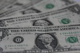 Українці зносять долари в банки