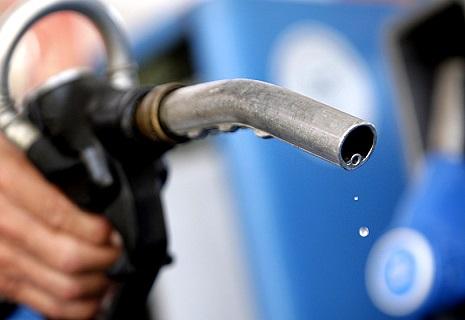 Тиск гривні: Бензин почав дешевшати на АЗС