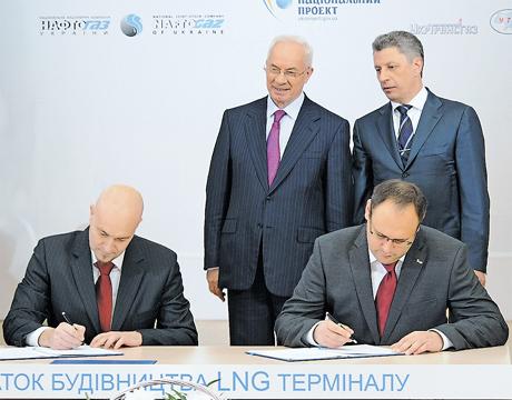 На очах Азарова Україна підписала угоду на мільярд невідомо з ким