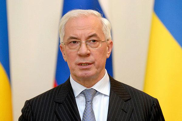 Азаров примусить Росію дати знижку на газ