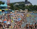На кримських пляжах навали відпочивальників. Люди засмагають стоячи (ФОТО)