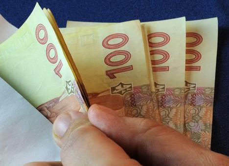 Українці почали забирати з банків гривню